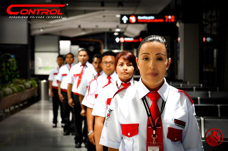 Elementos de seguridad uniformados y realizando formación lineal
